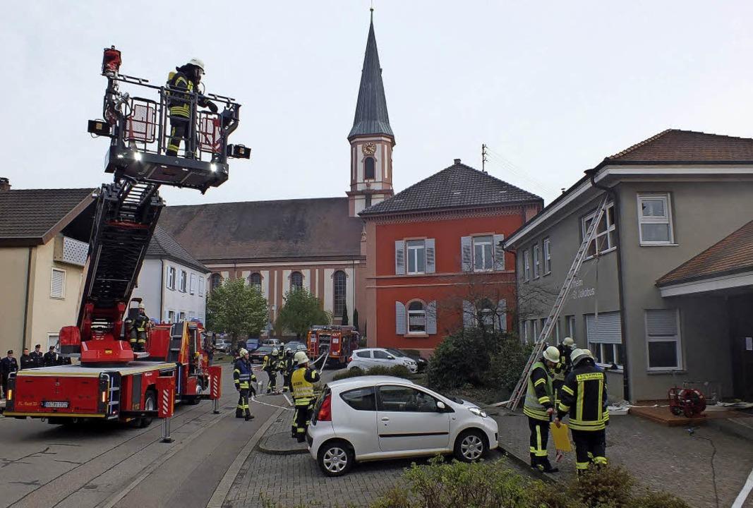 Für eine Bergung mit der Drehleiter vo...er am Pfarrheim St. Jakobus zu klein.     Foto: Rudi Rest