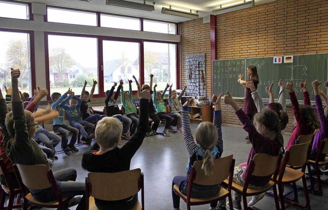 Referentin Perrine Jaeger fordert Schüler zum französischen Dialog.  | Foto: Adelbert Mutz