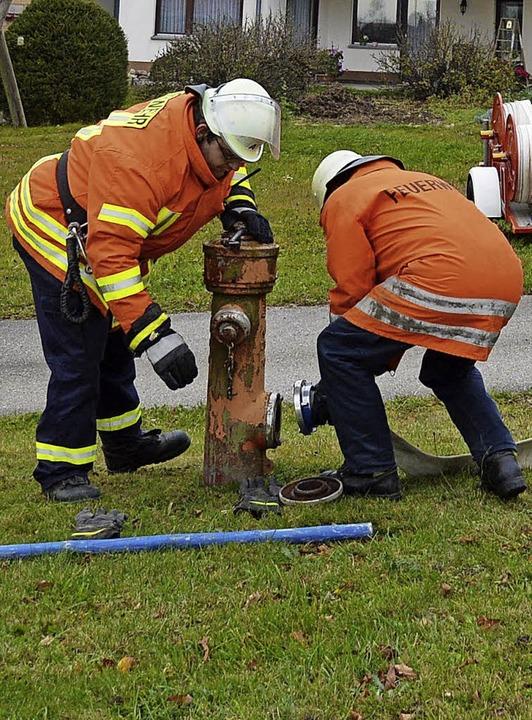Wehrmänner bauen gerade das letzte Stück  der Wasserleitung auf.    Foto: Sandhya Hasswani