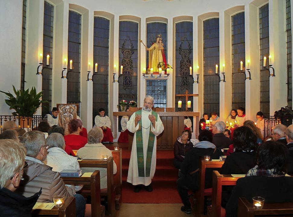 Pfarrer Matthias Ibach beim Gottesdienst in der Kapelle.   | Foto: Sandra Decoux-Kone
