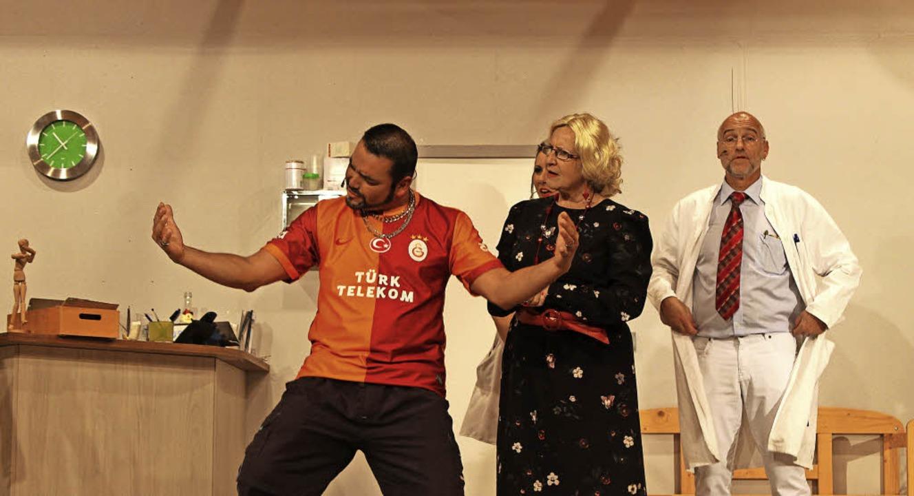 Erkan (Alexander Deak), Marlene Sommer...iskutieren über die Gesundheitsreform.  | Foto: Michelle Güntert