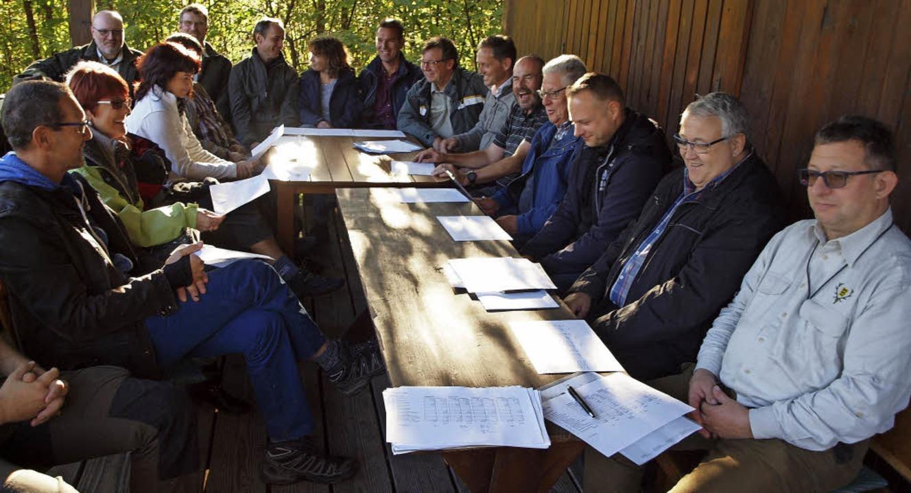 Nach der Besichtigung des Wyhler Waldes zogen die Teilnehmer gemeinsam Bilanz.   | Foto: Michael Haberer