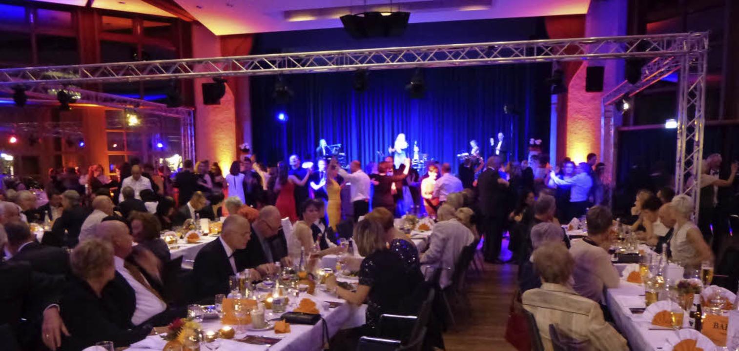 Prächtiges Ambiente im Bad Krozinger K...Tanzparkett und die  Tuxedo Dance Band  | Foto: Anne Freyer
