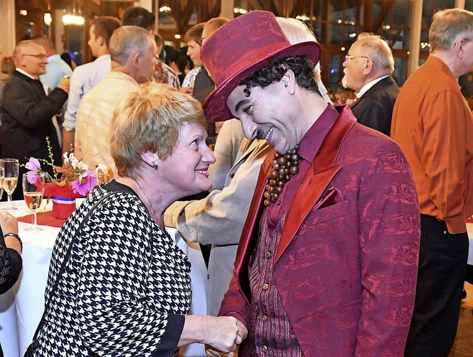 Der Charly-Chaplin-Mime nimmt beim Sektempfang Kontakt auf.  | Foto: Wolfgang Künstle