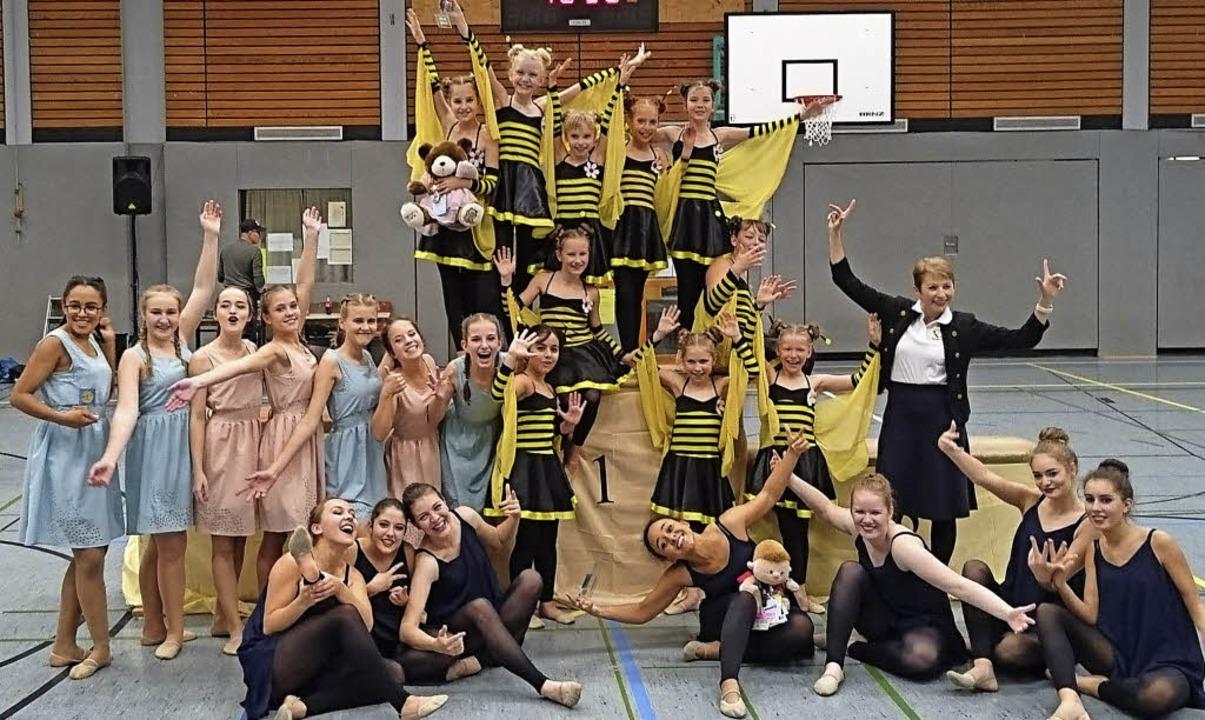 Die jungen Tänzerinnen mit ihrer Trainerin Anna Seel  | Foto: turnverein lahr