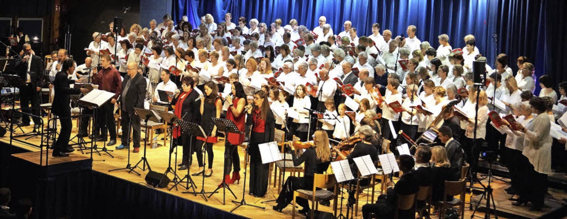 180 Musiker und Sänger schufen gemeins...nkt im Jubiläumsjahr der Reformation.   | Foto: Silke Hartenstein