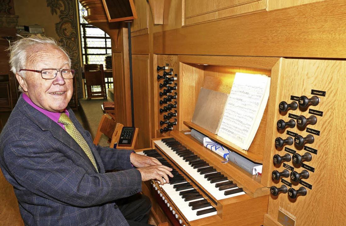 Andreas Schröder an der Orgel der St. Gallus-Kirche   | Foto: Frank Leonhardt