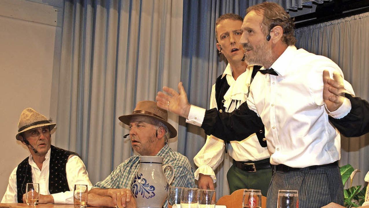 Hoch her geht es am Wirtstisch zwische...terzel, Mike Eiche, Karlheinz Schädle.  | Foto: Paul Schleer