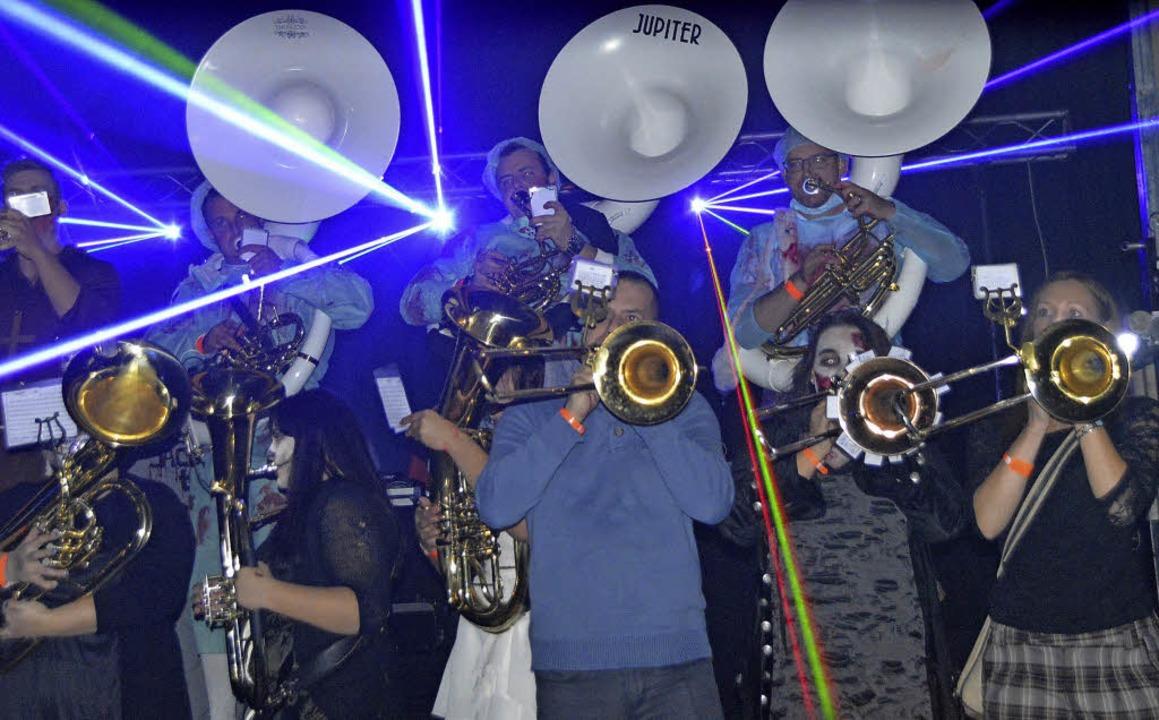 Guggemusik und Lasershow bei der Hallo...elen gerade 'Die Namenlosen'.     Foto: Horatio Gollin