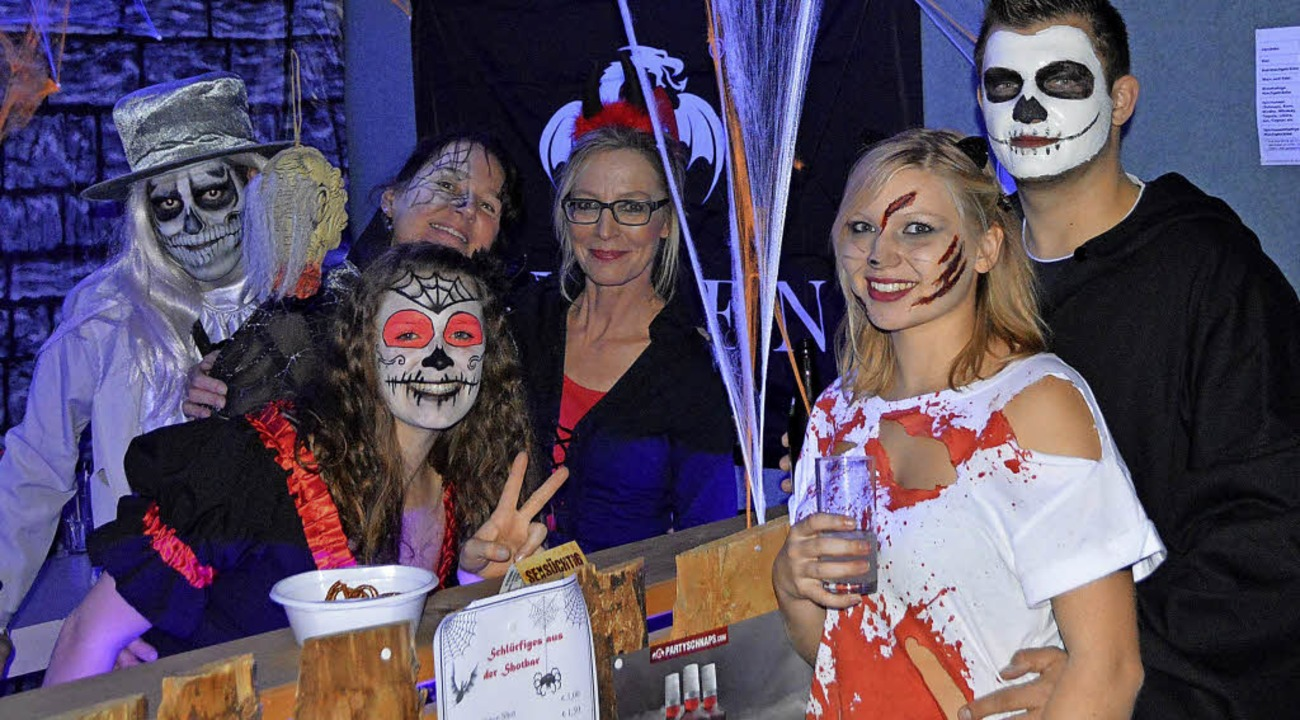 Tolle Kostüme und aufwändige Maske: Gäste an der  Spinnweben-Bar    Foto: Horatio Gollin