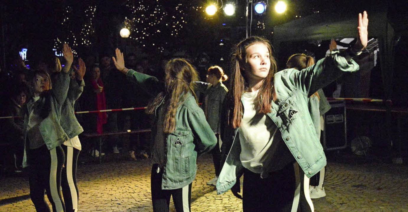 Den Tanzauftritt der Tanzschule Just d...chauten sich viele Nachtschwärmer an.     Foto: Horatio Gollin