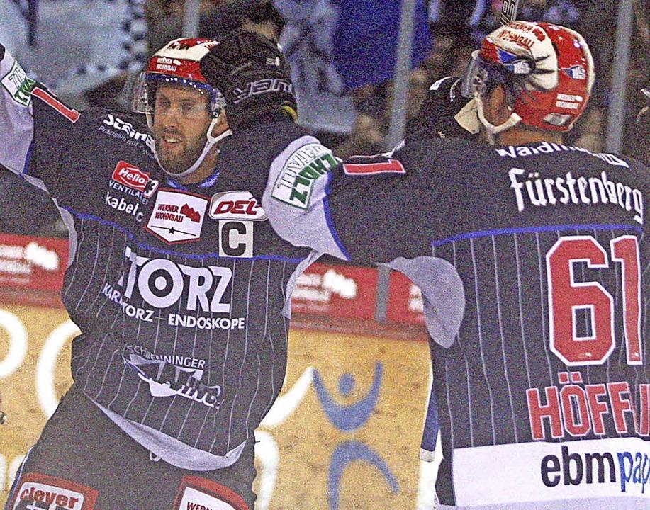 Will Acton (links) bereitete vor, Mirko Höfflin  traf zum 3:3 in Mannheim.     Foto: Dieter Reinhardt (A)