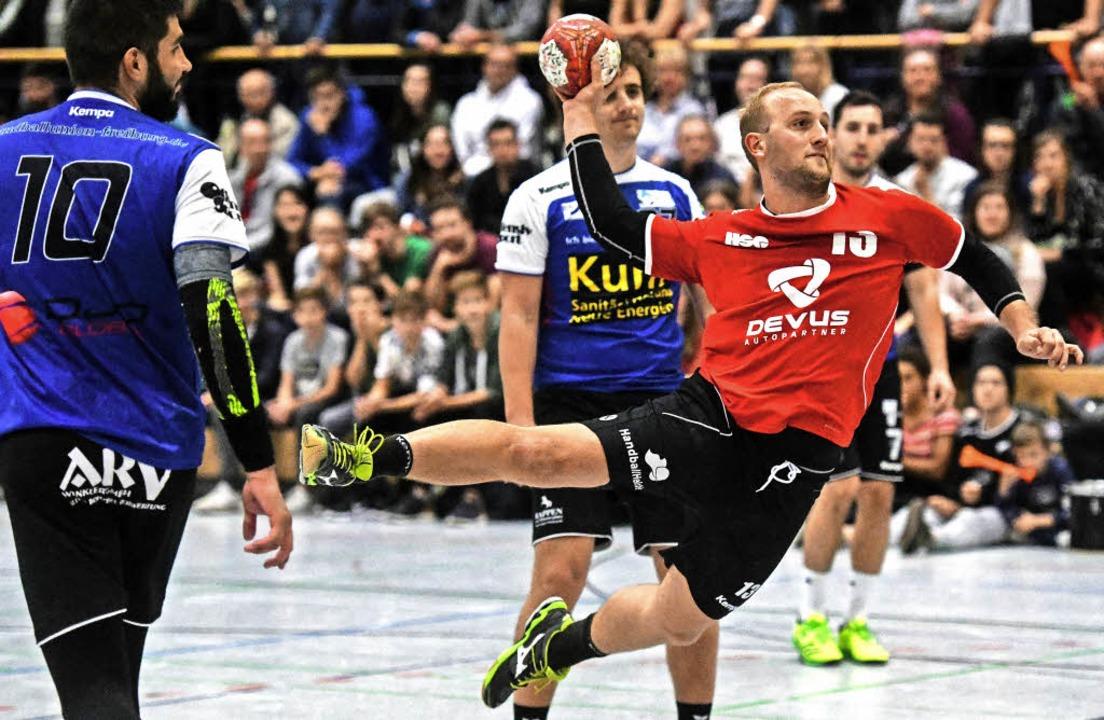 Jannis Konrad hebt ab für die HSG Frei... mit dem Lokalrivalen Handball-Union.     Foto: Patrick Seeger