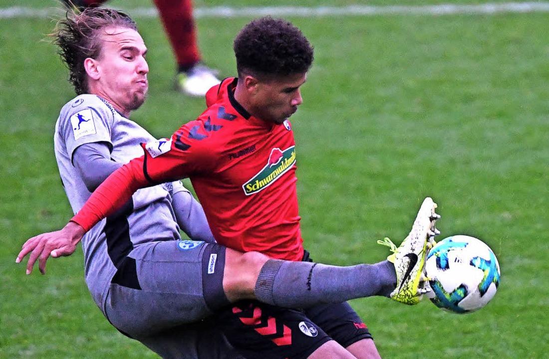 Das Bein von Jesse Weißenfels (Kickers) behindert Chima Okoroji.   | Foto: pas