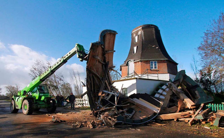 Arbeiter bergen  Trümmer der im Jahre ... Sturmtief Herwart teilweise zerstört.  | Foto: dpa