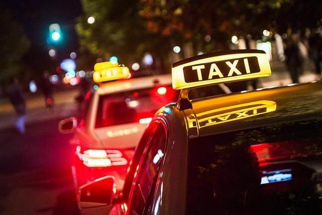 Taxifahrer geschlagen und beleidigt