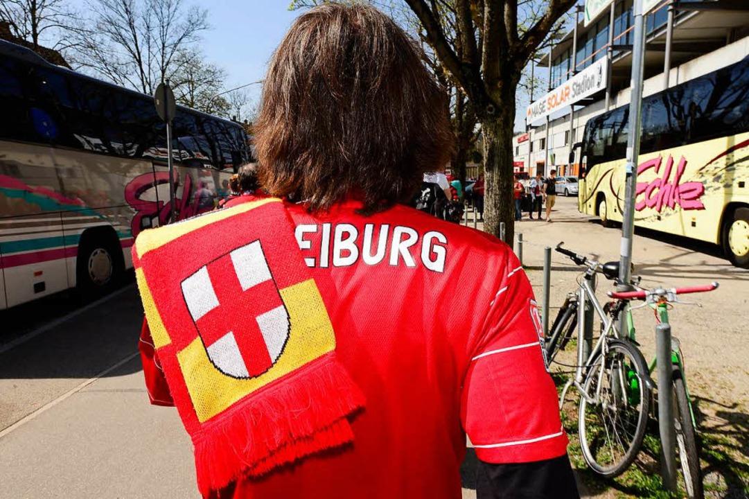 Anhänger des SC Freiburg sind in Stuttgart von Vermummten angegriffen worden.  | Foto: Ingo Schneider
