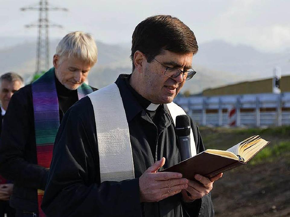 Die Geistlichen Matthias Bürkle (recht...l Geiger wünschten allzeit gute Fahrt.  | Foto: hrö