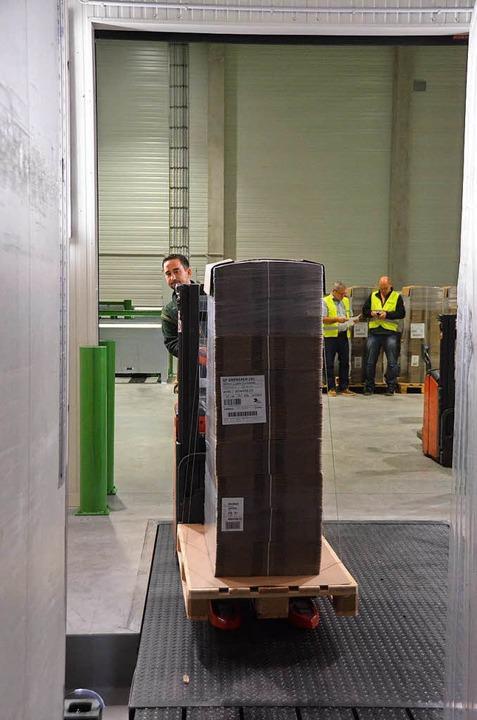 Joachim Sonner entlädt pharmazeutische Produkte aus einem Lkw.  | Foto: Sebastian Krüger