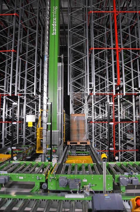 In sechs  Gassen lagern auf sieben Ebenen bis zu 15000 Paletten.  | Foto: Sebastian Krüger
