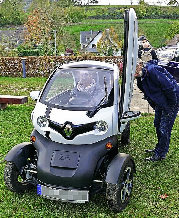 Besucher des Energietages testen Elektroautos.    Foto: Louis Groß