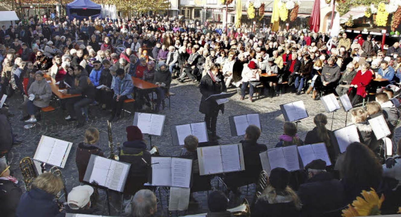 Gottesdienst bei Sonnenschein im Freien auf dem Marktplatz   | Foto: Heidi Fössel