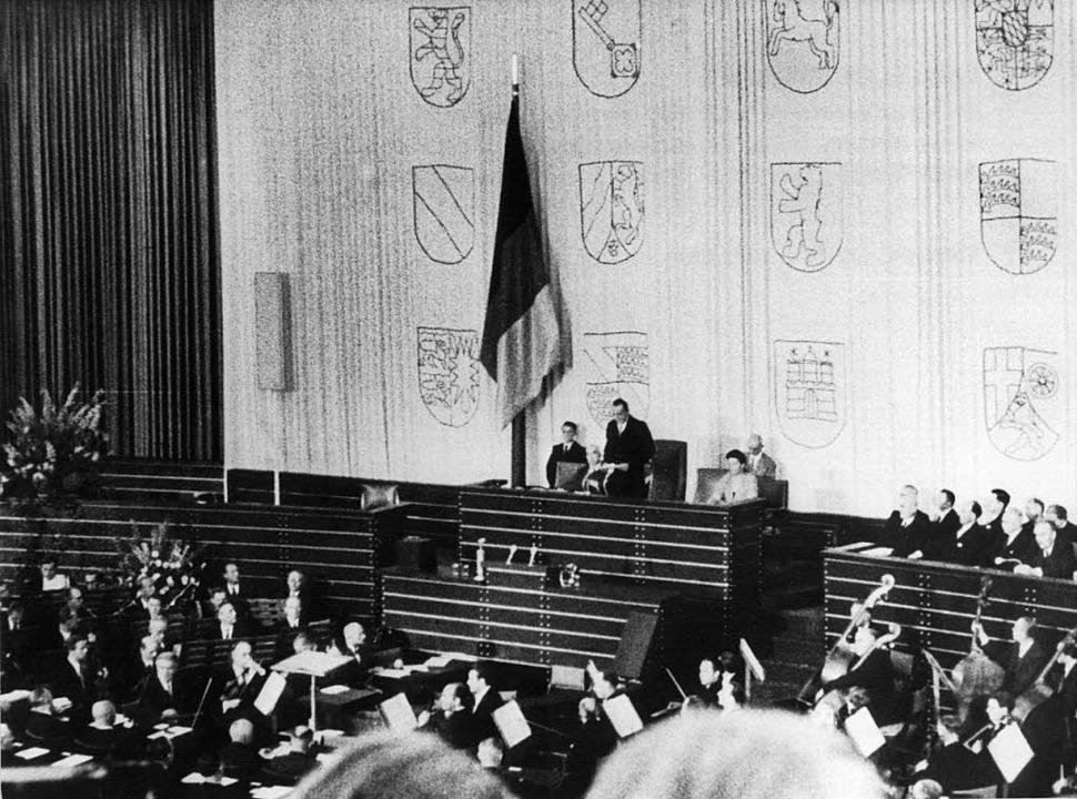 Dieses Archivfoto vom 07.09.1949 zeigt...ersten Deutschen Bundestages eröffnet.  | Foto: dpa