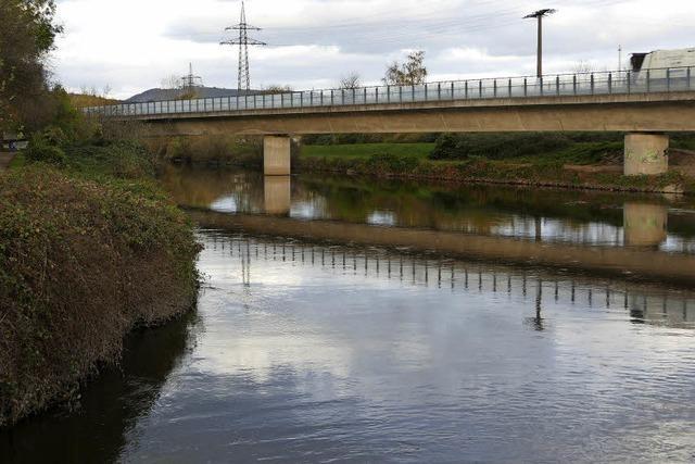 Neue Schilderbrücke: Baustelle auf der B 317 bei Lörrach sorgt für Staus - und Lärm