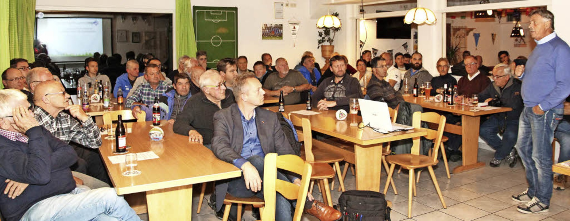 FCN-Vorsitzender Arnold Löffler (recht...rn den Vertrag zwischen Stadt und FCN.  | Foto: Eva Korinth