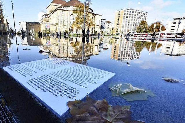 Stadt Freiburg stellt am Gedenkbrunnen Informationsstelen auf