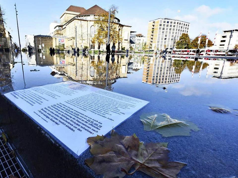Dass am Platz eine   Beschriftung fehl...ettel bemängelt, der im Brunnen liegt.  | Foto: Michael Bamberger