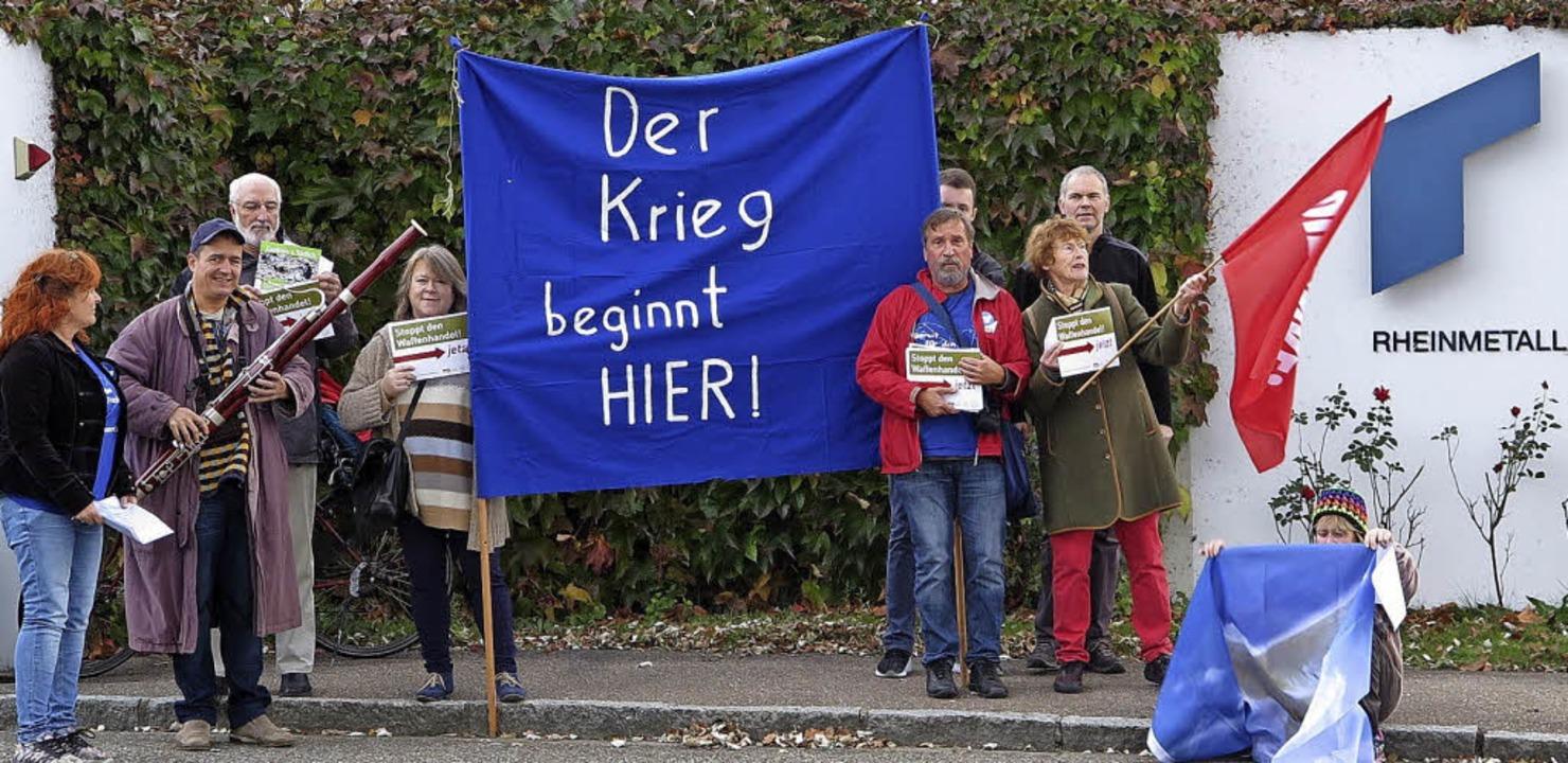 Mit einer Mahnwache vor der Neuenburge...tall begannen die 41. Friedenswochen.     Foto: Dorothee Philipp