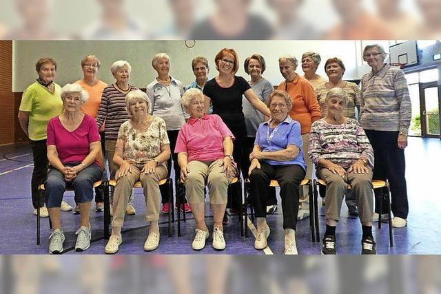 Seniorengymnastik in frischen Händen