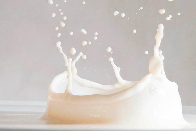 Warum bildet sich Haut auf heißer Milch?