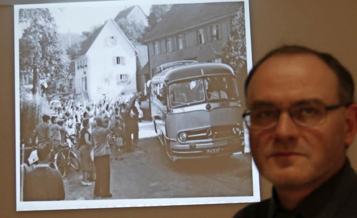 Mit großem Auflauf begrüßten die Diers... Hans-Jürgen Gebhardt im Bildvortrag.   | Foto: Frank Leonhardt