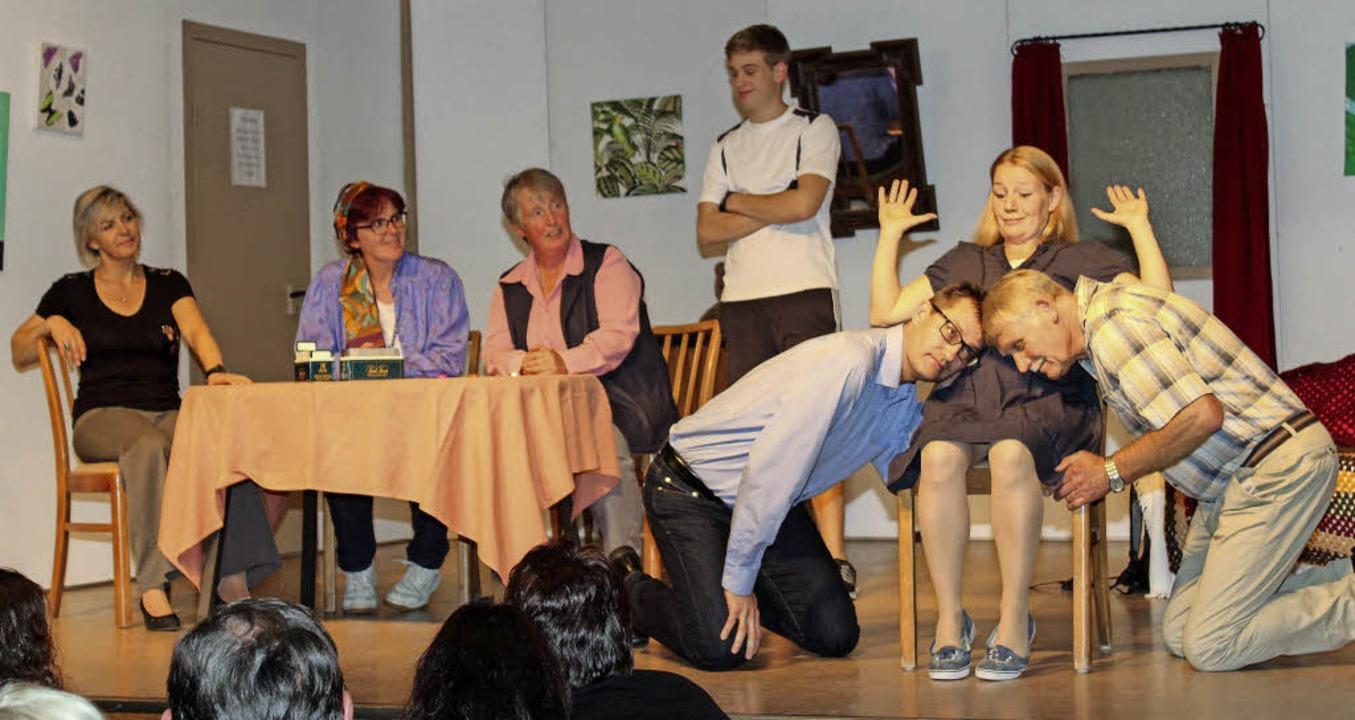 Alle nehmen an der Schwangerschaft von...d Ulrich (Philipp Götzmann) die Szene.  | Foto: Reinhard Cremer
