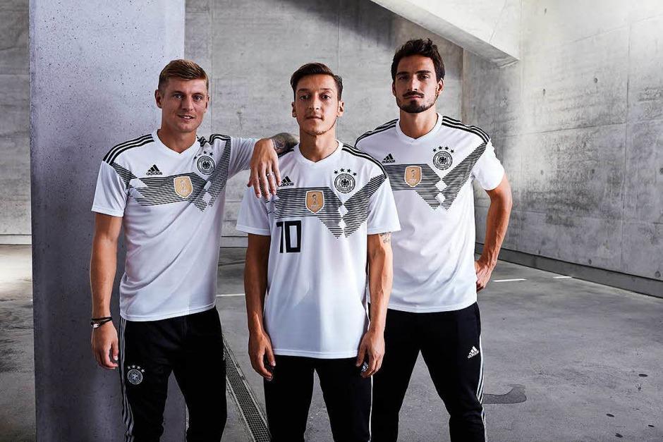 Mit einer Reminiszenz an die legendären Trikots von 1990 will die deutsche Fußball-Nationalmannschaft in Russland zu ihrem fünften WM-Titel stürmen. (Foto: dpa)