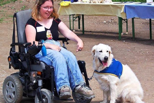 Wie Begleithunde das Leben behinderter Menschen erleichtern