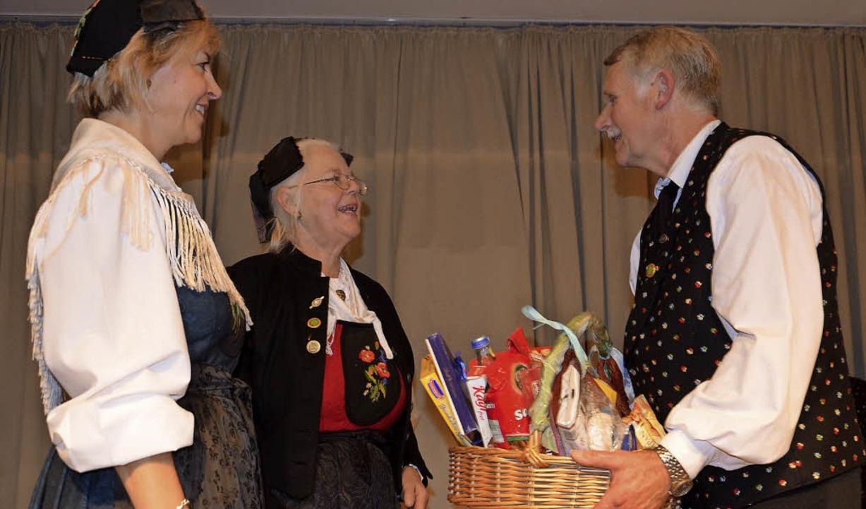 40 Jahre Volkstanzgruppe Egringen: Das...nd Heidi Brunner einen Geschenkkorb.    | Foto: Marco Schopferer
