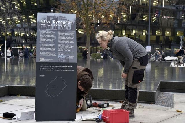 Informationsstelen neben Gedenkbrunnen am Platz der Alten Synagoge aufgestellt