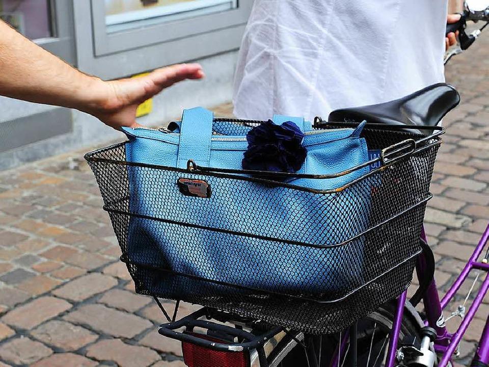 Der Täter soll versucht haben, Sachen vom Gepäckträger zu stehlen (Symbolbild).  | Foto: Ingo Schneider
