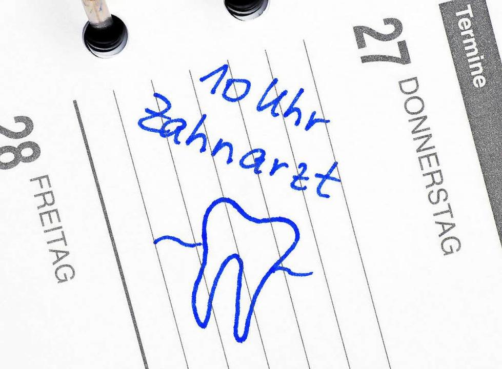 Muss ich sofort dahin? Oder kann ein lockerer Zahn wieder fest werden?  | Foto: Fotolia.com/Doc RaBe