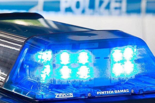 Auto landet in Lörrach auf den Bahngleisen