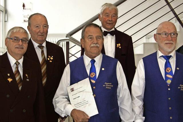 Chorgruppe Freiburg ehrt langjährige Sänger