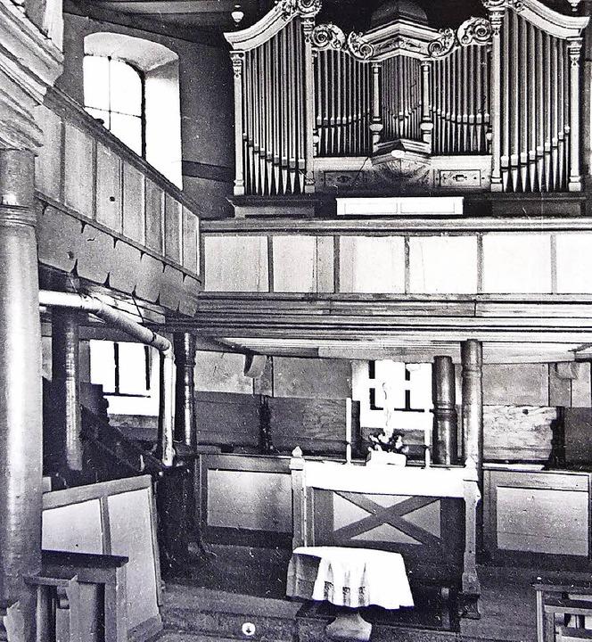 Die Kirche in den 30er Jahren. Links u...eines der beiden Ofenrohre erkennbar.   | Foto: Privat