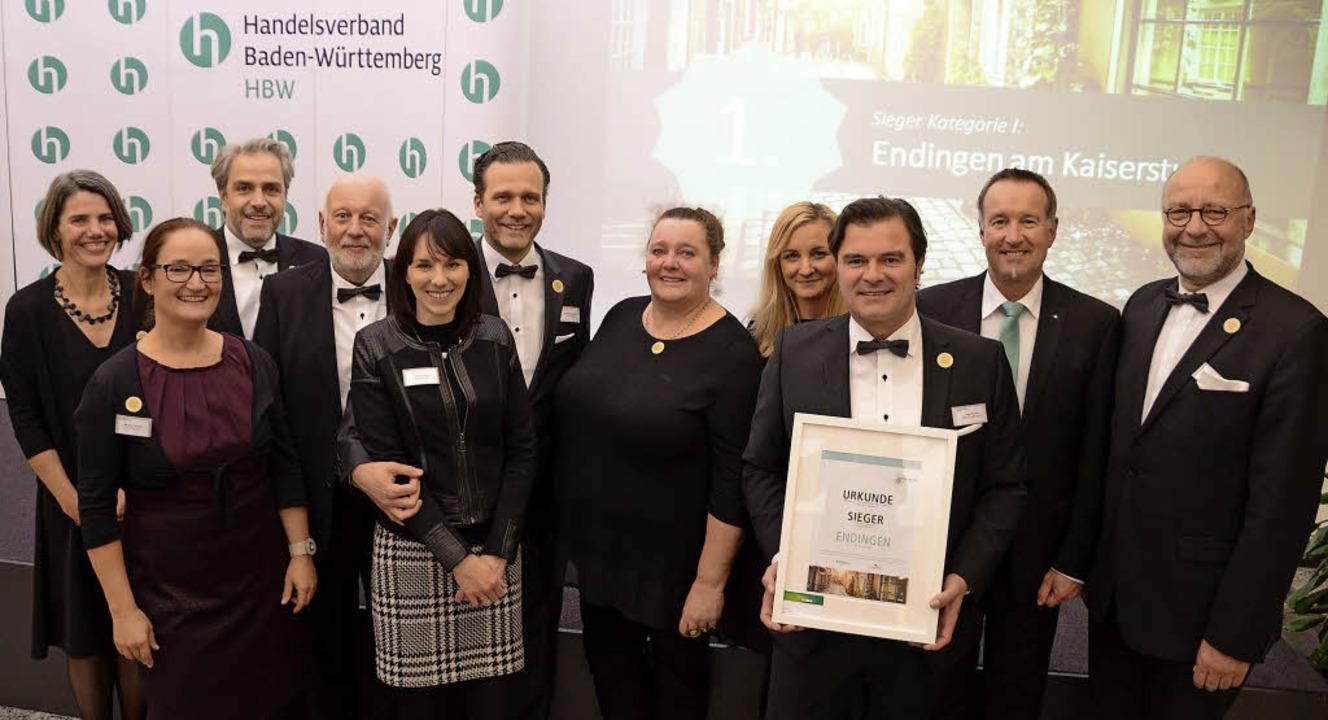 Stolz präsentiert die Endinger Delegat...rurkunde für den Stadtmarketing-Preis.  | Foto: G&H Endingen