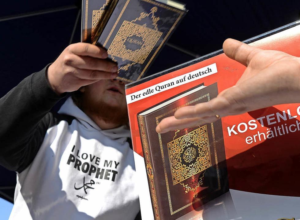 Salafisten verteilen den Koran an Passanten.  | Foto: Julian Stratenschulte