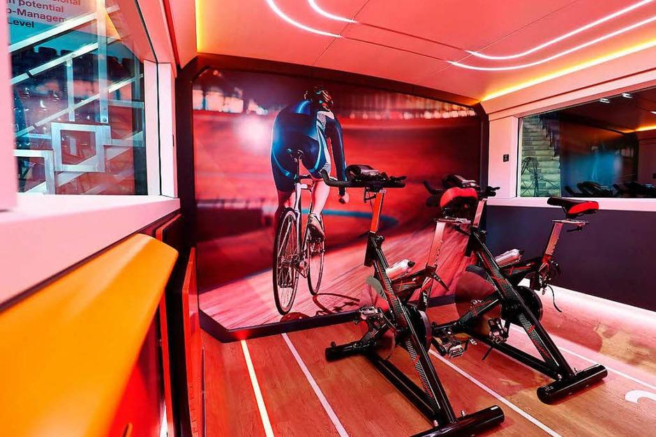 In einem begehbaren 1:1-Modell eines Doppelstockwagens zeigte die Deutsche Bahn 22 sogenannte Module. Hier der Blick in das Sport-Modul mit Trimmrädern. (Foto: dpa)
