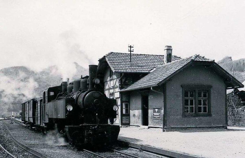 Am Bahnhof Utzenfeld waren viele der Zeitzeugen unterwegs.  | Foto: Archiv Benno Dörflinger