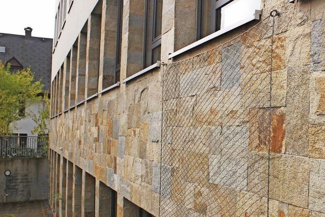 Steinfassade am Gymnasium bleibt